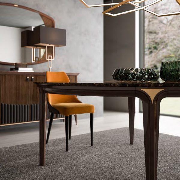 GHEZZANI-ARREDAMENTI-Collezione-NAVIGLI-DINING-GOLDENEYE-tavolo-table-in-dining-room-con-sedia-MONTEPENNY-e-credenza-MONTENAPOLEONE-1